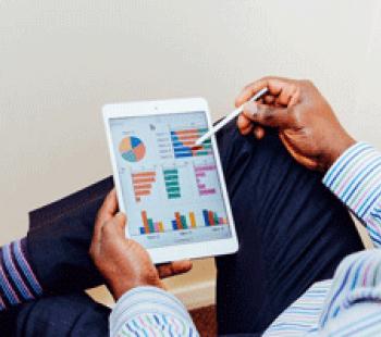 un homme tient une tablette tactile haut de gamme digital et luxe